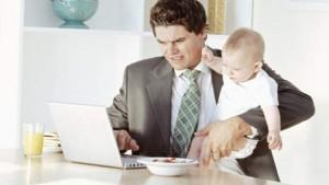 Thuiswerken met baby in arm